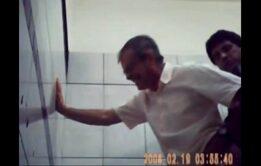 Coroa dando o rabo no banheiro