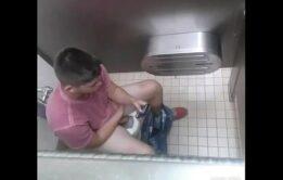 Flagras em banheirão com hétero batendo punheta
