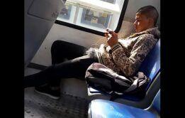 Novinho de pau duro no ônibus - Flagras