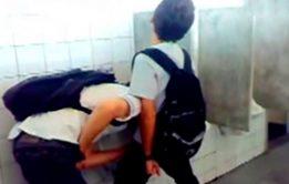 Mamando o amigo no banheiro da facul