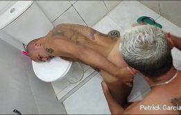 SEXO E MIJADA DE AMIGOS NO BANHEIRO - AMADOR GAYS