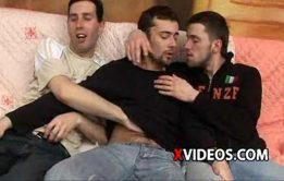 Rapazes gostosos fazendo orgia deliciosa