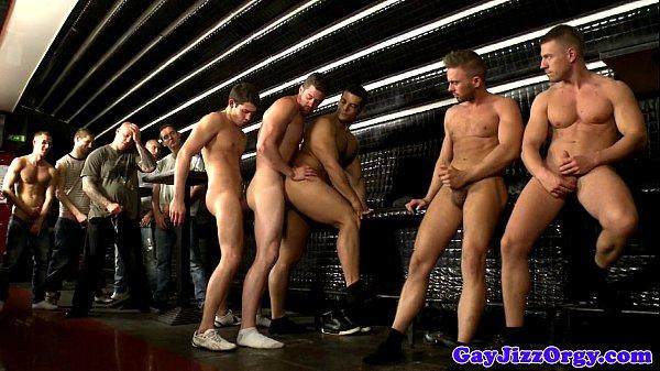Sexo no bar com gays gostosos fazem orgia