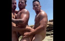Sarados na praia fazendo suruba gostosa deliciosa