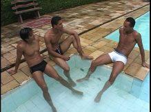 Orgia na piscina com belos gays morenos