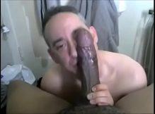 Safado boqueteiro chupando a rola do negão