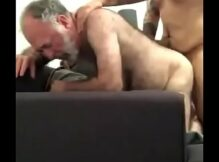 Vídeo de hétero socando rola no cu do coroa guloso