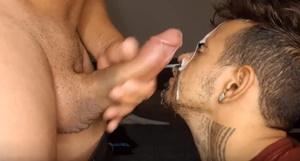 Engolindo o pau e levando muito leite na cara