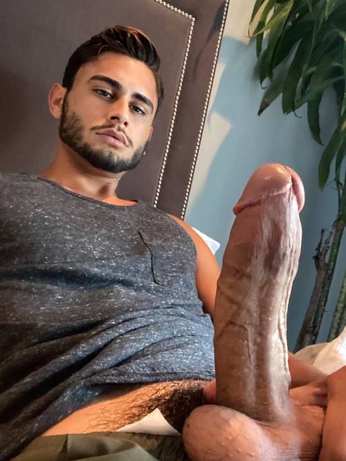 novinho-magrelo-pelado-mostrando-o-penis-duro